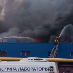 """В Києві спалахнула пожежа на складах поблизу """"Даринку"""""""