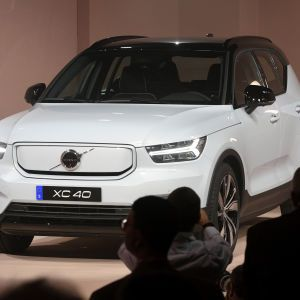 Volvo начал производство электрического кроссовера с запасом хода в 400 км