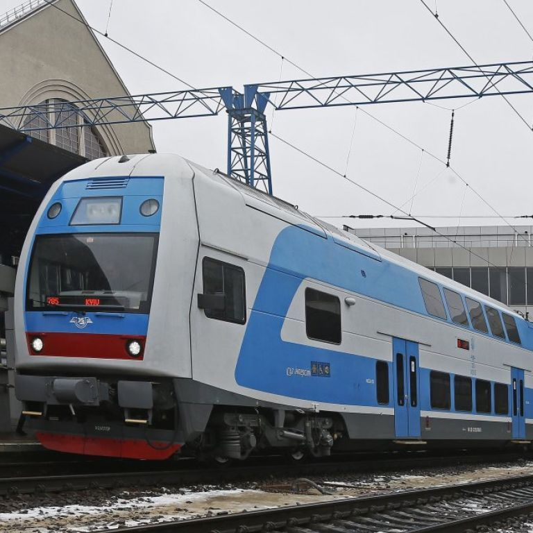 У Києві на залізничному вокзалі поїзд перерізав навпіл чоловіка