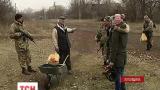 """Українські військові допомагають місцевим вижити у """"сірій зоні"""""""