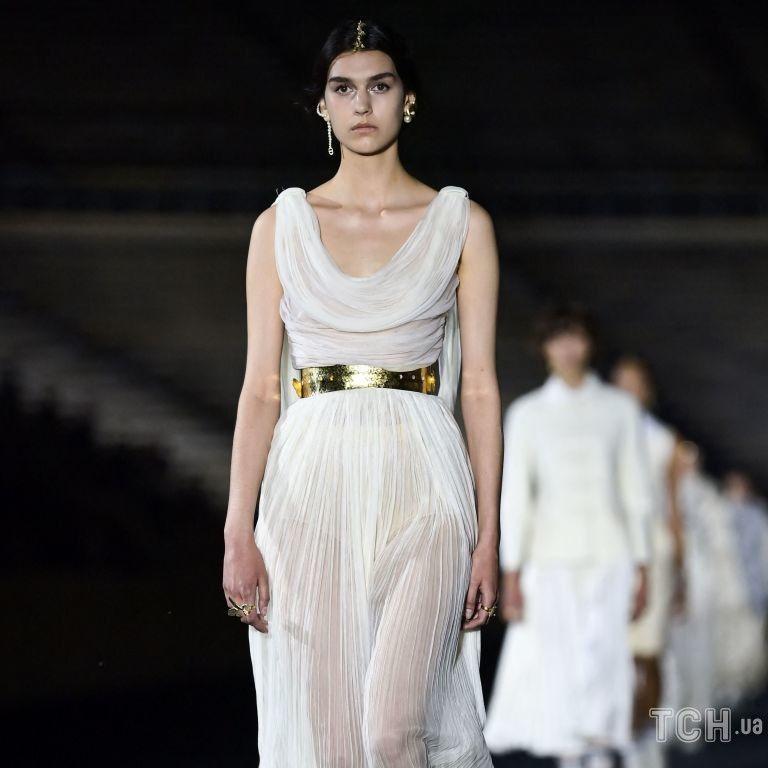 Кросівки і багато білого кольору: в Афінах відбувся показ круїзної колекції Dior
