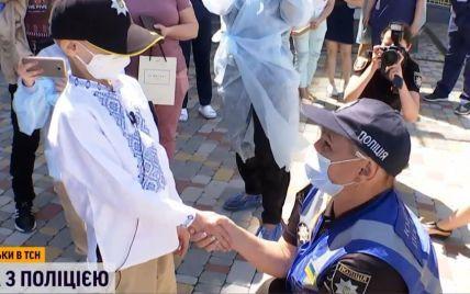 В Киеве мальчика, который оправился от лейкемии, поздравили полицейские с собаками