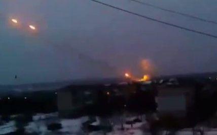 """З'явилося відео обстрілу аеропорту """"Градами"""" з житлових районів Донецька"""