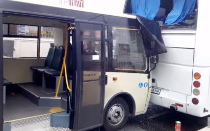 Вместо тормозов нажал на газ: в Киеве маршрутка влетела в автобус (видео)