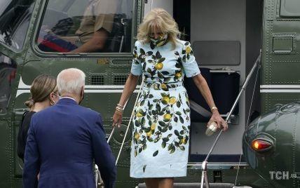 В улюбленій сукні з лимонами і в жовтих човниках: Джилл Байден в ефектному луці вийшла з вертольота