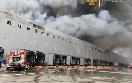 Під Одесою масштабна пожежа: горять склади