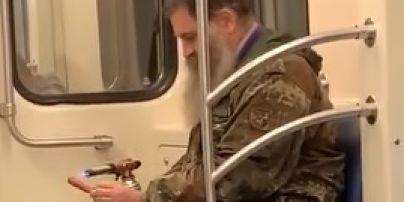 В столичной подземке мужчина достал газовый примус и поджарил сосиску (видео)