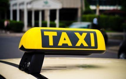 Відмовився везти і силою витяг із машини: таксист відреагував на звинувачення пасажирки про побиття