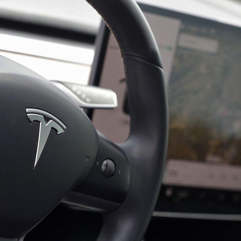 Электромобили Tesla собираются научить самостоятельно выбирать режим движения