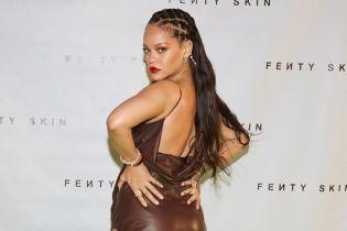 В сексуальном кожаном платье: Рианна представила новую линейку своей косметики