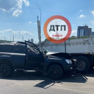Опинився під причепом вантажівки: у Києві сталася смертельна ДТП