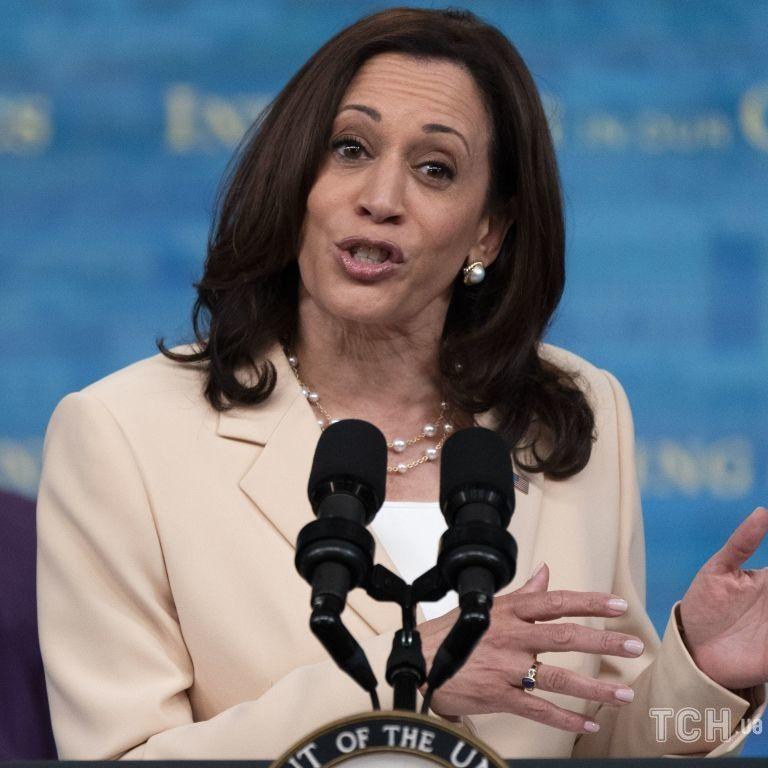 Сменила цветовую гамму: вице-президент США в кремово-пудровом костюме появилась в Белом доме