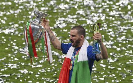 Лидеры сборной Италии затянули кубок чемпионов Европы в кровать: атмосферное фото