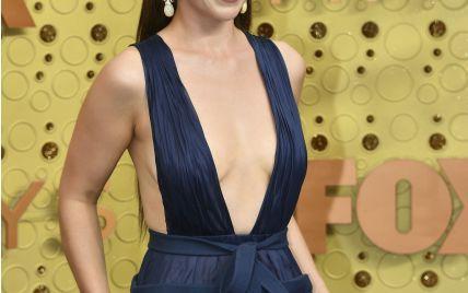 Смело: Эмилия Кларк в платье с откровенным декольте появилась на Emmy Awards