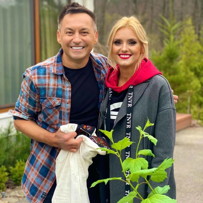 Ирина Федишин с деревом и вышиванкой посетила холостяцкий дом известного певца