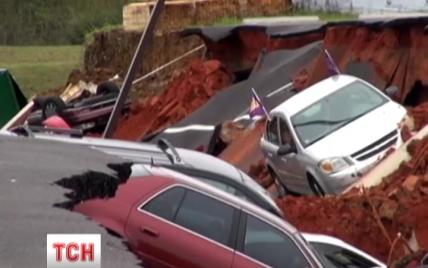 """В США более десятка авто на парковке внезапно """"ушли"""" под землю"""
