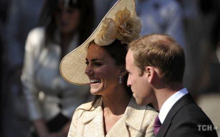 В скромном пальто и в невероятной шляпе: образ герцогини Кембриджской на свадьбе Зары Тиндолл