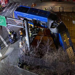 Девять людей опинилися у лікарні: у Нью-Йорку автобус злетів з естакади та завис над дорогою