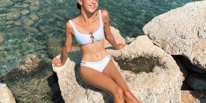 """Відпочиває у Греції: учасниця """"Холостяка-11"""" у чорному бікіні продемонструвала струнку фігуру"""