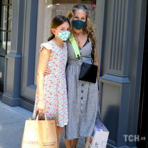 Із сивиною у волоссі: Сара Джессіка Паркер прийшла до свого магазину з 11-річною дочкою