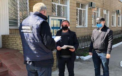 """У Харківській області поліцейський за хабар пропонував """"закрити очі"""" на порушення карантину підприємцем"""