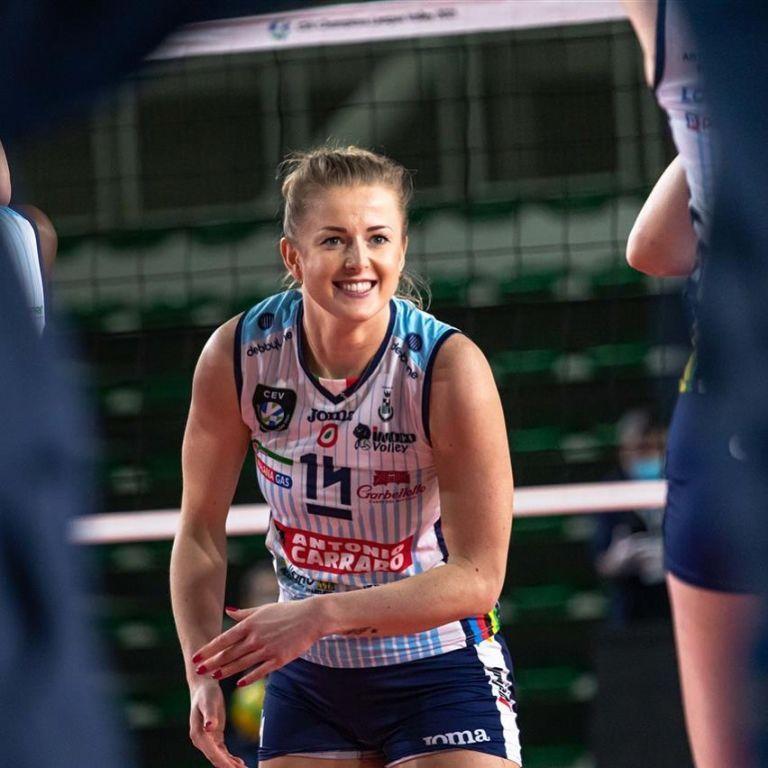 Повторила зухвалий трюк: зіркова волейболістка викликала фурор оголеним фото з виграним трофеєм