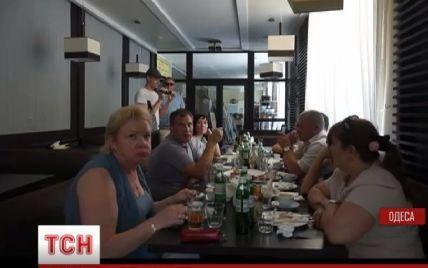 """Одесских судей """"застукали"""" во время рабочего дня с бутылкой коньяка в кафе"""