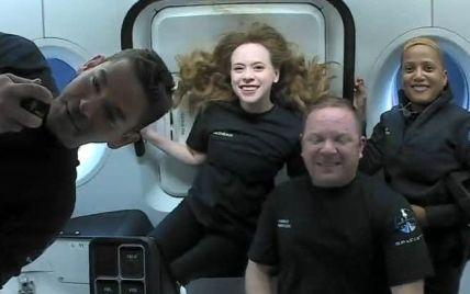 Історичні фото з космосу: учасники першої туристичної місії SpaceX показали, як проводять час на борту