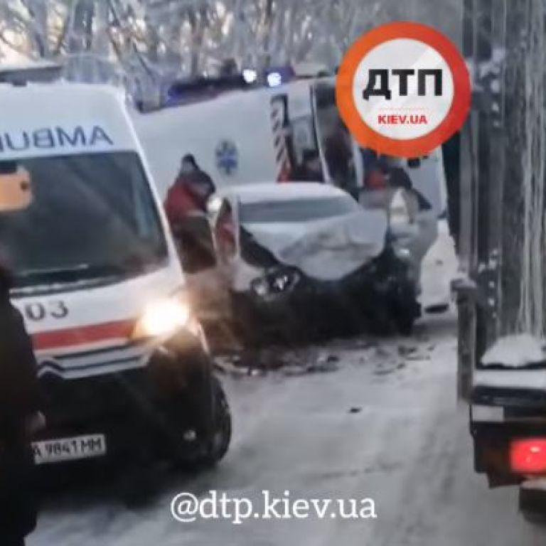На трасі у Київській області у лобовому зіткненні загинув водій, ще 4 людей госпіталізовані