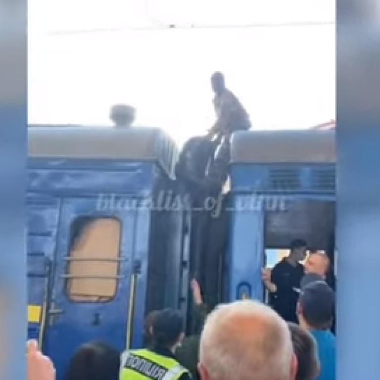 """""""Бо квитки дорогі"""": у Вінниці поліція ловила чоловіка в балаклаві, який їхав на даху потяга"""