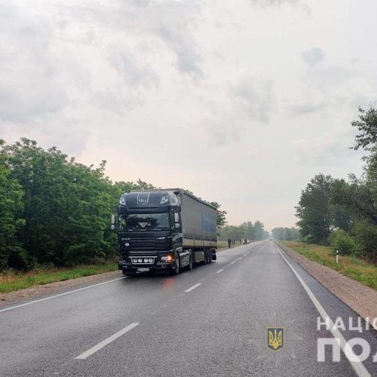 Шел в темноте: в Херсонской области фура насмерть сбила пешехода