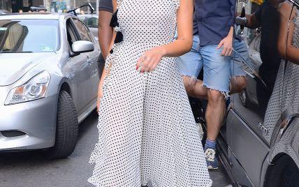 Без трусов: Дуа Липа в откровенном платье от украинского бренда вышла на прогулку