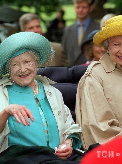 Елизавета Боуз-Лайон с королевой Елизаветой II / © Getty Images
