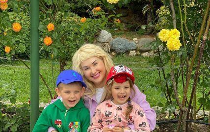 Екатерина Бужинская очаровала фото подросших двойняшек среди цветов