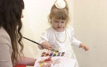 В Днепре открыли персональную выставку картин ребенка, которому не исполнилось двух лет