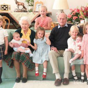 Кембриджи поделились не опубликованными ранее снимками Елизаветы II и принца Филиппа с правнуками