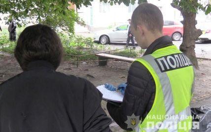 На тілі виявили 11 колото-різаних ран: у Києві на дитячому майданчику знайшли труп жінки (фото, відео)