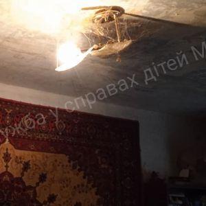 Бруд, таргани та пліснява: в Мелітополі у горе-матері забрали двох маленьких дітей (фото)