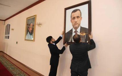 """""""Амрулла Салех — наш президент"""": в посольстве Афганистана в Таджикистане сменили фотографии беглого Гани"""
