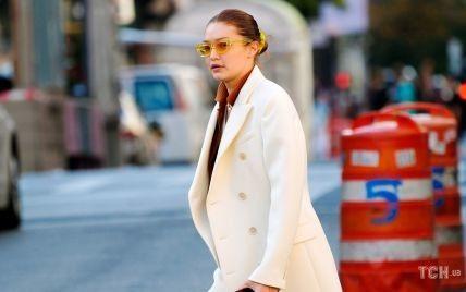 З улюбленою сумкою і в модному пальті: Джіджі Хадід на прогулянці з подругою