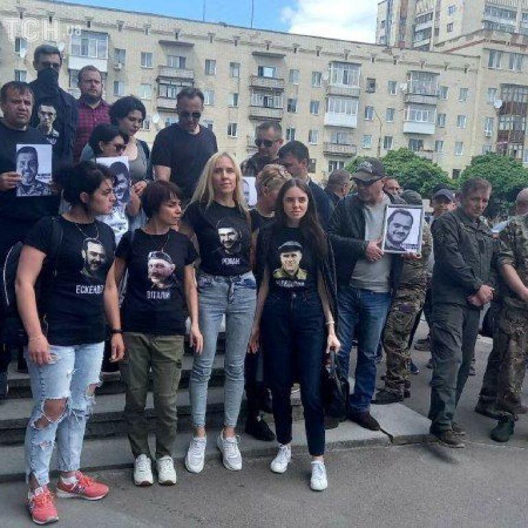 Масовий розстріл під Житомиром: дружини на суд прийшли у футболках із фото загиблих, а побратими із свічками (фото)