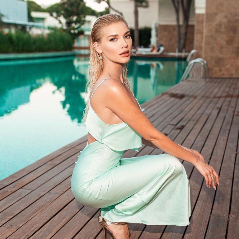 Міша Романова у напівпрозорому комбезі попестила груди та засвітила соски