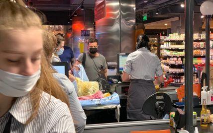 Зеленский с охраной пришел в один из супермаркетов Киева за продуктами
