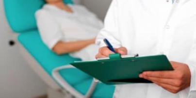 Провел операцию так, что пришлось удалять матку: в Киеве сообщили о подозрении акушеру-гинекологу частной клиники