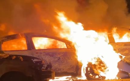 В США перед продажей дотла сгорели 40 подержанных автомобилей: видео