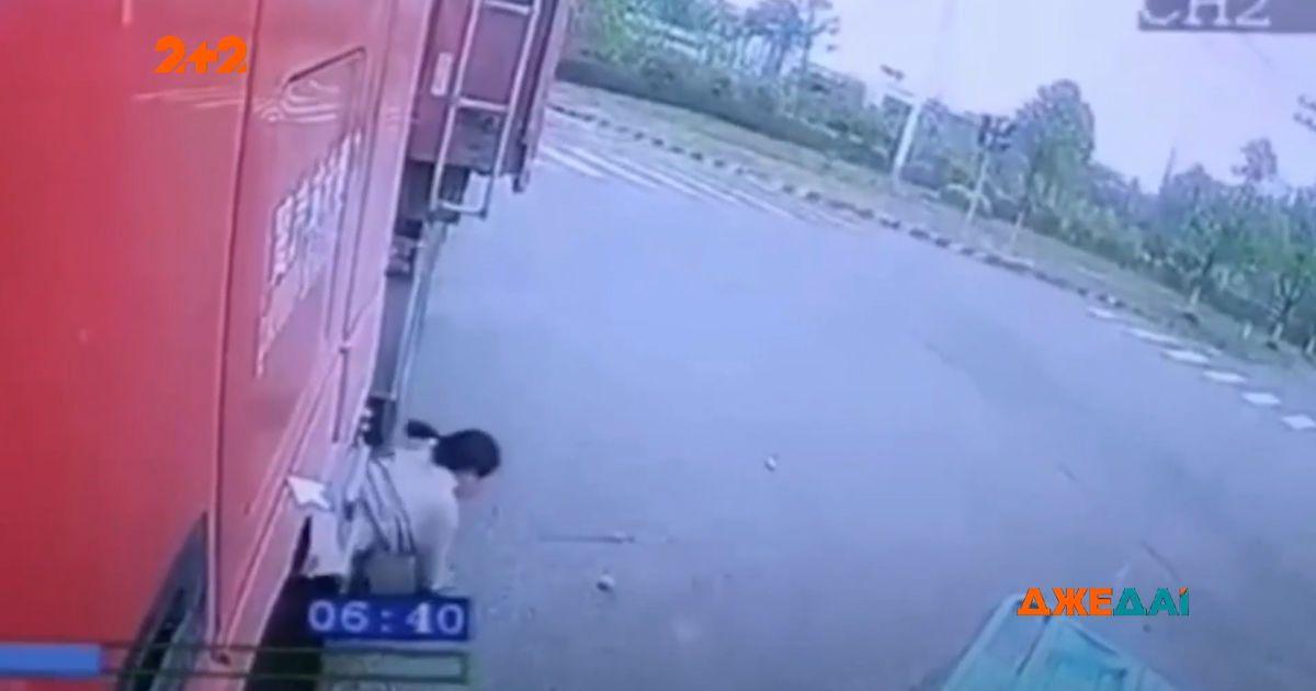 В китайской провинции Аньохой трое на трицикле влетели под грузовик