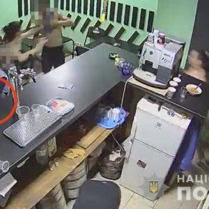 В Одесі чоловіки побились через жінку: одного з них забрала швидка з ножовими пораненнями