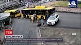 Новости Украины: в Киеве неравнодушные пассажиры, толкающие троллейбус, протаранили внедорожник