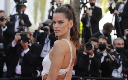 У сукні з ефектним вирізом: супермодель Ізабель Гулар відвідала прем'єру фільму в Каннах