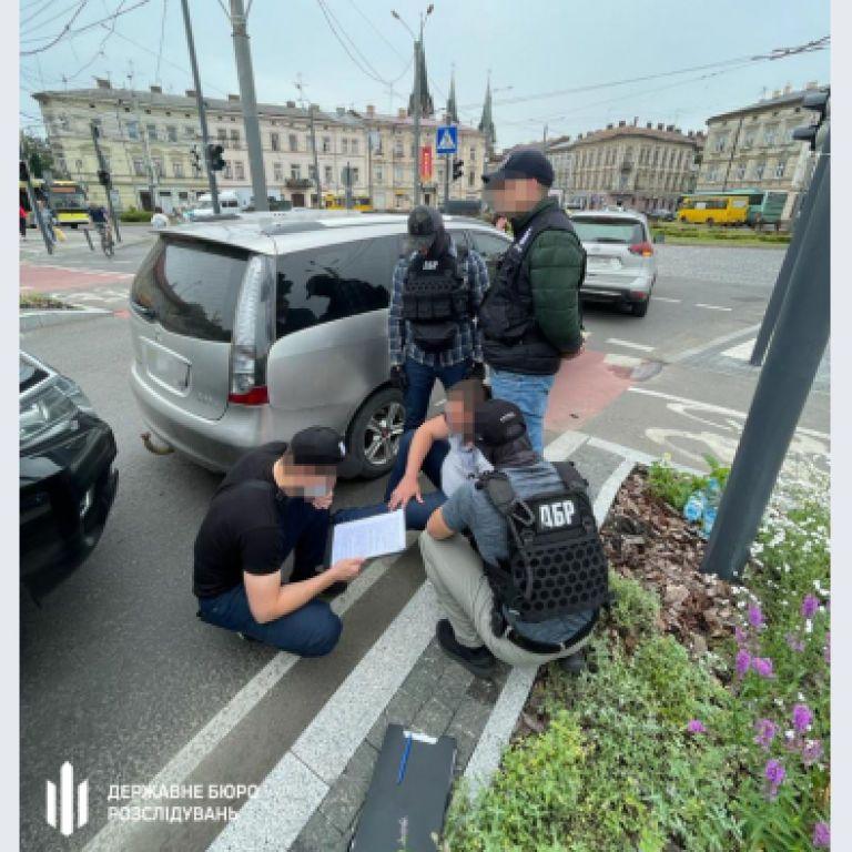У Львові прокурор вимагав хабара від поліцейського: його затримали (фото)
